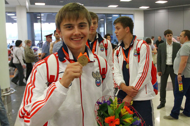 Игроки юношеской сборной России по футболу, завоевавшей первое место на Чемпионате Европы в Словакии, вернулись в Москву. Май 2013 года