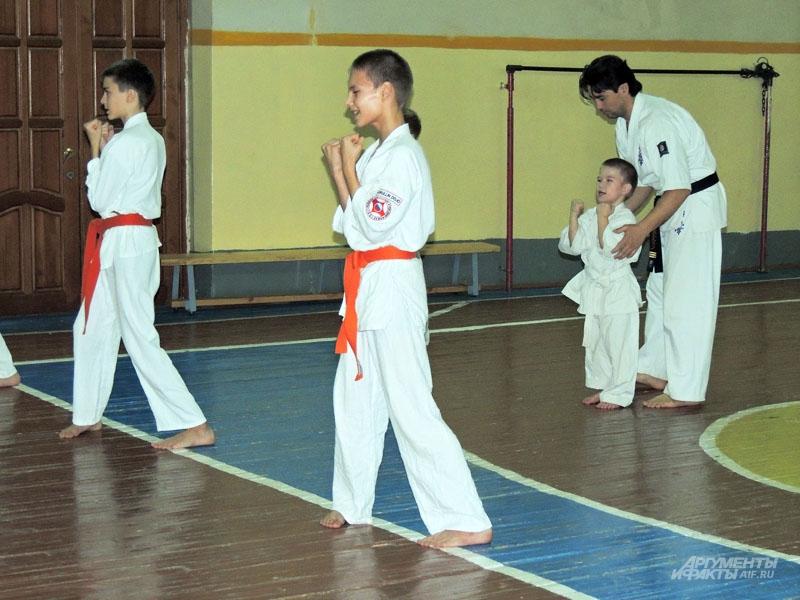 Двенадцатилетний Юсыф и пятилетний Хамза занимаются каратэ и хотят быть сильными, как отец.