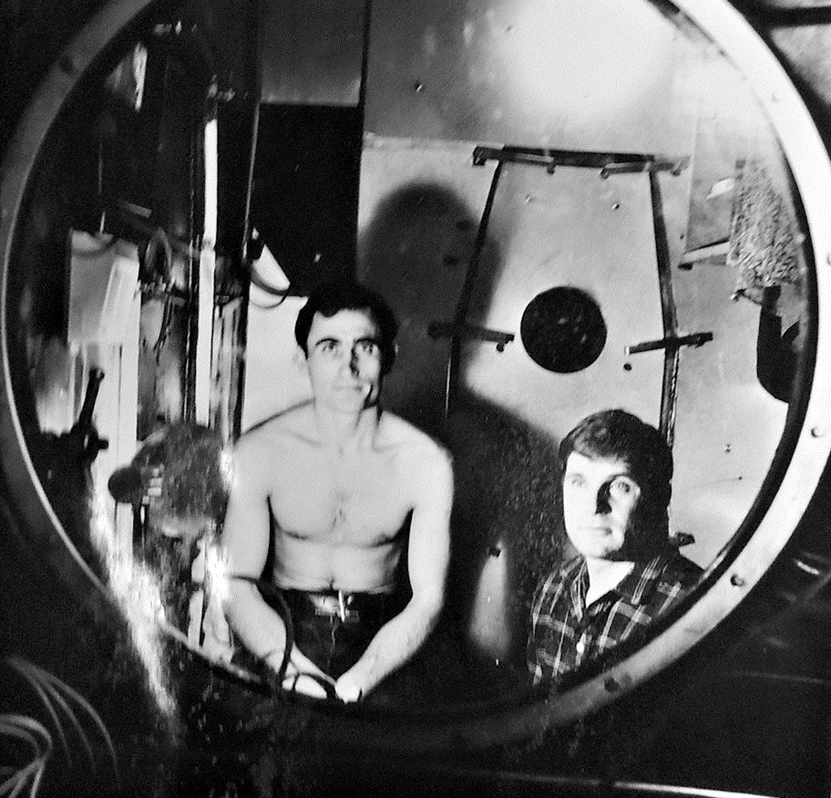 Н.Бугреев (справа) внутри БИОСа в 1980-е.