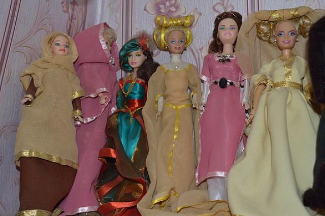 В коллекции есть платья различных эпох.