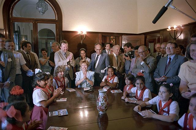 Супруга Генерального секретаря ЦК КПСС Михаила Горбачева Раиса во время посещения Ассоциации советско-кубинской дружбы в Гаване. 1989 год