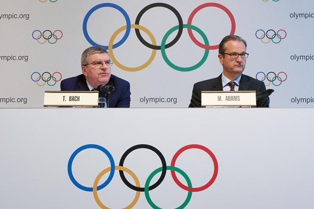 Президент Международного олимпийского комитета Томас Бах (слева) и директор по коммуникациям МОК Марк Адамс