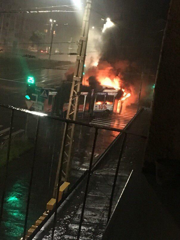 Троллейбус горит