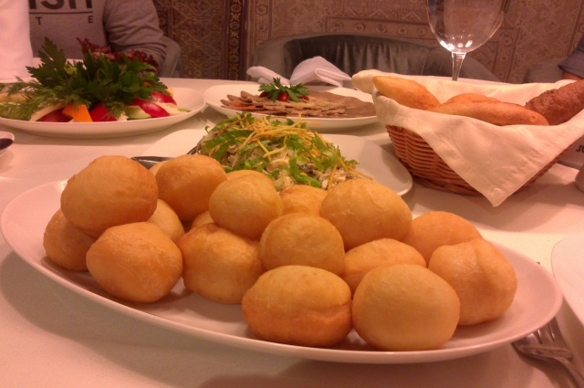 Любимое блюдо казахов - баурсаки.