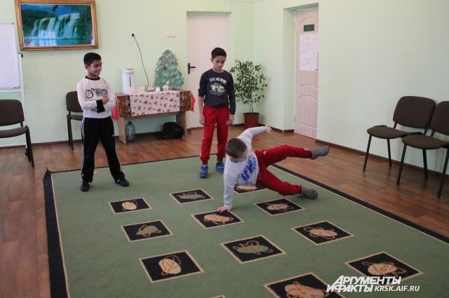 Для гостей ребята устроили небольшую праздничную программу.