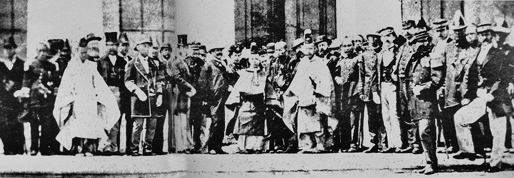 Молодой император Мэйдзи с иностранными представителями в период окончания войны.