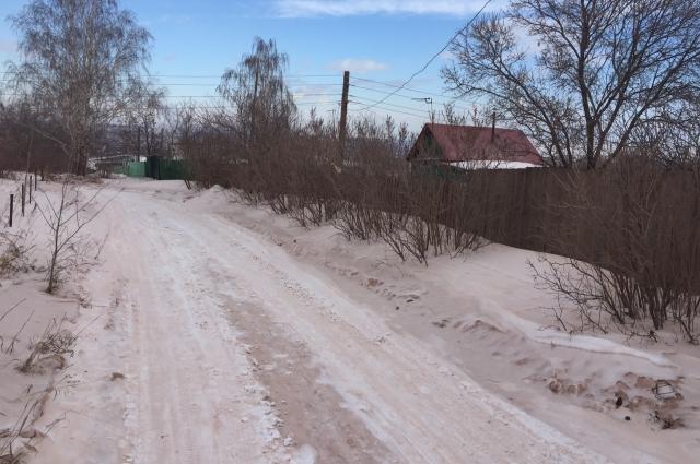 Жители считают, что выбросы окрасили снег.
