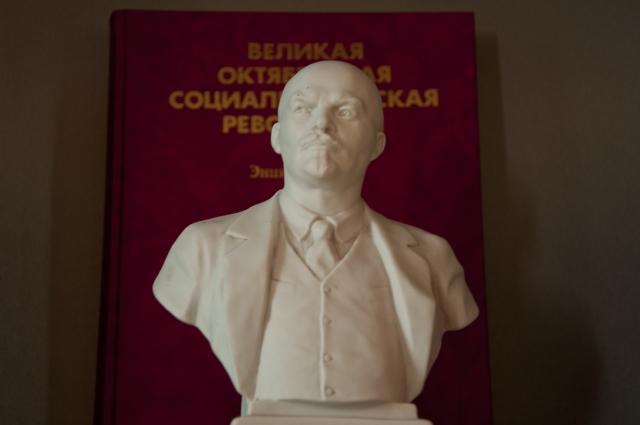 Главная персоналия революций 1917 года в бюстовом исполнении.