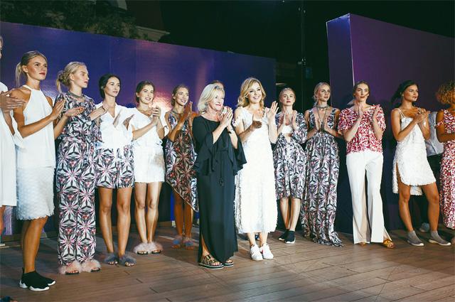 Юлианну Караулову (в центре справа) и Элизабет Швайгер (в центре слева) зрители приняли восторженно.