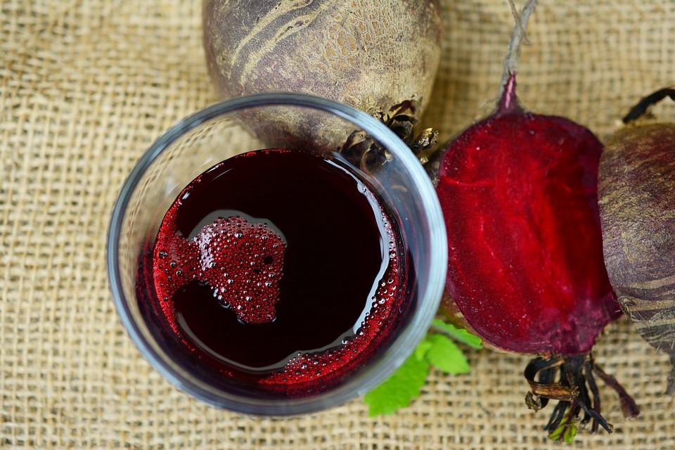 Лучше всего «разгружаться» с помощью жидкостей, например, свежевыжатого овощного или фруктового сока, морса без сахара, кефира.