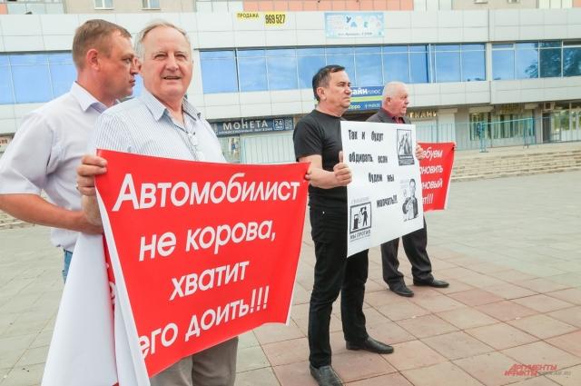 В роли митингующих можно было увидеть и депутатов, к примеру коммуниста Владимира Нвоикова.