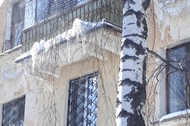 Снежная шапка и сосульки на балконе.