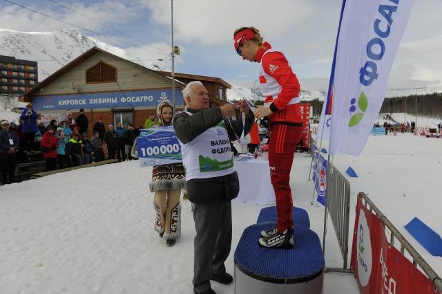 Валерий Фёдоров вручает медаль победительнице гонки Ольге Царёвой.