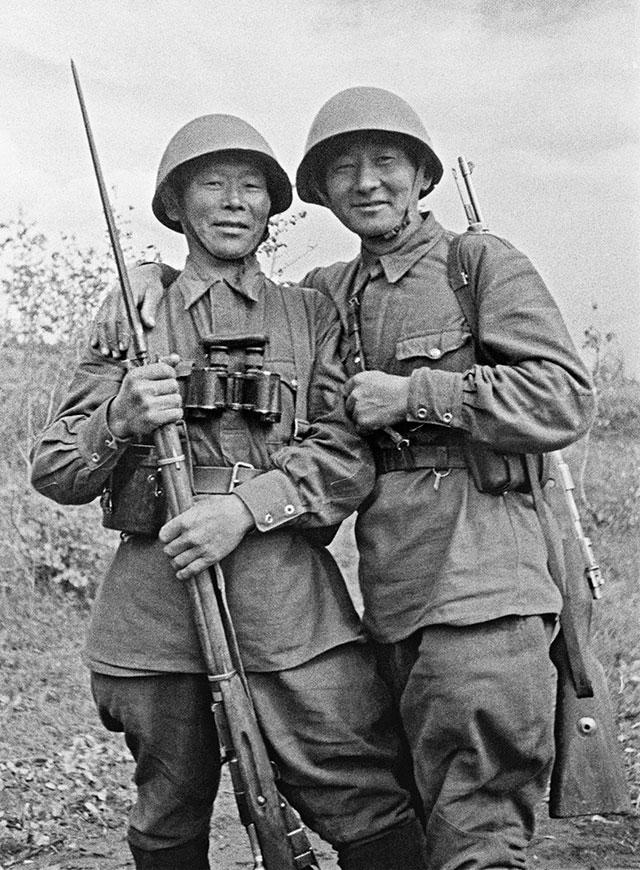 Семен Номоконов и Тогон Санжиев из Бурятии. Санжиев погиб в 1942 году в дуэли снайперов у города Старая Русса.