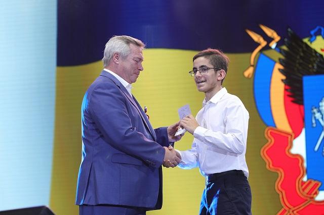 Василий Голубев вручил паспорта 14-летним школьникам