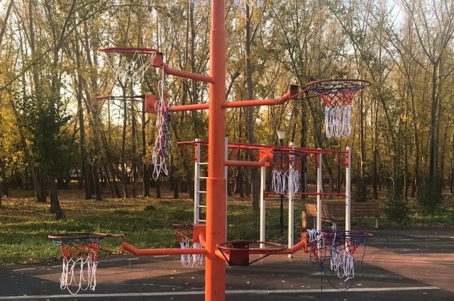 Вандалы оборвали сетки на баскетбольных кольцах.