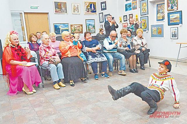 Танец «Русский пляс» для гостей исполнил юный житель района Коля Локтев.