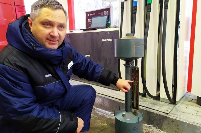 Ровно десять литров. Бензин здесь  отпускают в пользу клиента – с запасом.