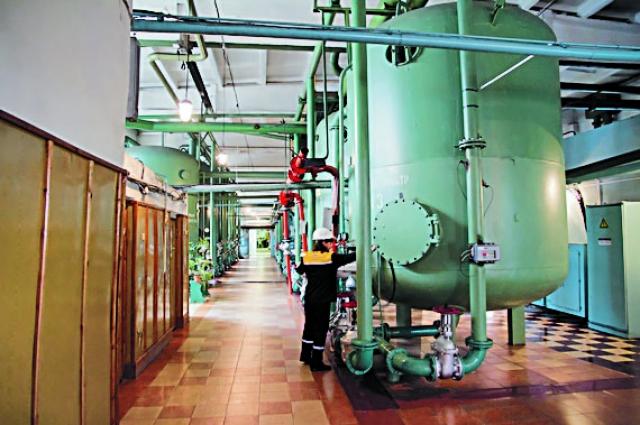 На ТЭЦ происходит комбиниро¬ванная выработка энергии: производится и тепло, и электричество. За счет этого теплоэнергия ТЭЦ и ГРЭС значительно дешевле, чем на котельных, которые производят только тепло.