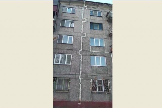 Дом «расколот»: он разделён на две половины трещиной.