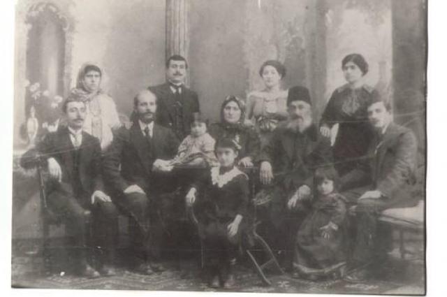 Предки Ерухома Шальмиева: прапрапрабабушка Милко и прапрапрадедушка раввин Иватор (в центре) в окружении семьи. Баку,1913-й год.