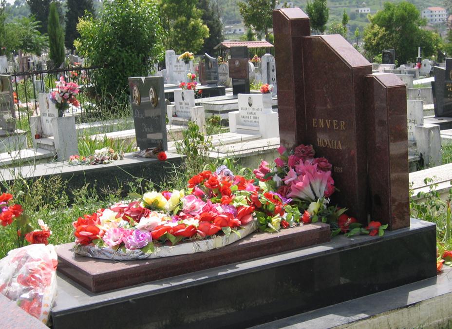 Могила Ходжи на общественном кладбище на окраине Тираны.