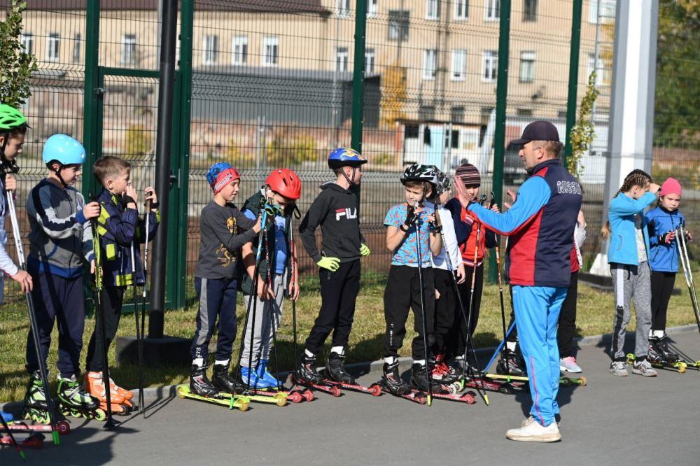 Юные спортсмены с нетерпением ждут открытия новой лыжероллерной трассы.