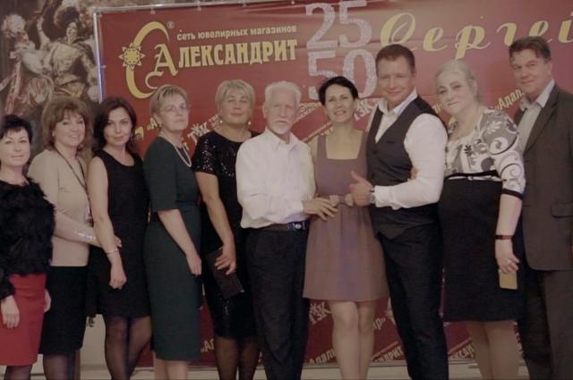 Супруги Елена и Сергей Рыбакова - в центре фото на юбилее компании