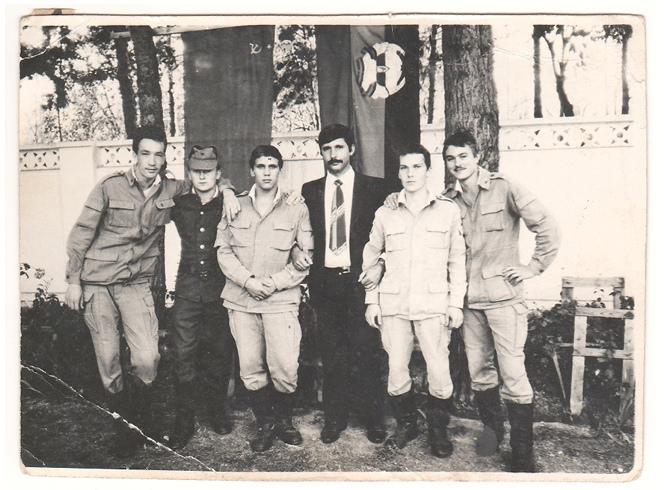 Пётр Тарико (на фото крайний справа) во время службы в Афганистане, 1987 год.