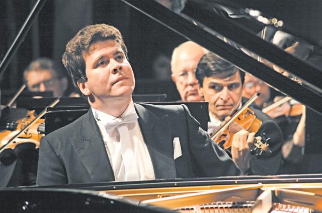Праздничные дни можно провести на традиционных концертах с Денисом Мацуевым.