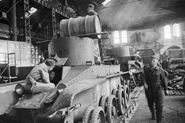 Бригада братьев Зайцевых ремонтирует танки, уходящие на фронт