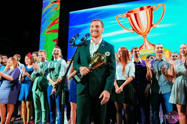 Кубок губернатора за 3 место в фестивале КВН команде АТИ ДГТУ вручает Дмитрий Кудряшов.