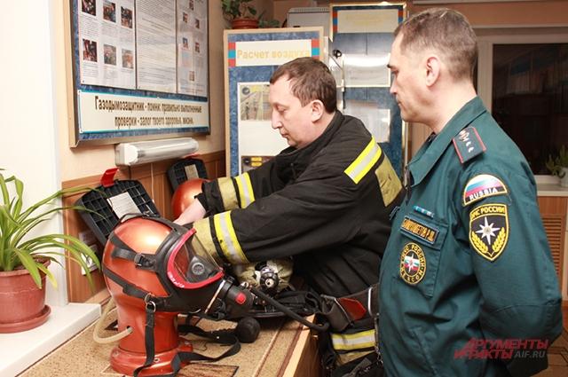 Утром все пожарные проверяют дыхательные аппараты со сжатым воздухом