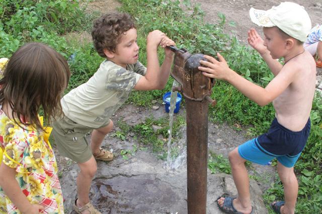 На общий водопровод тоже надо сдавать деньги. Если у вас, конечно, нет своего колодца.