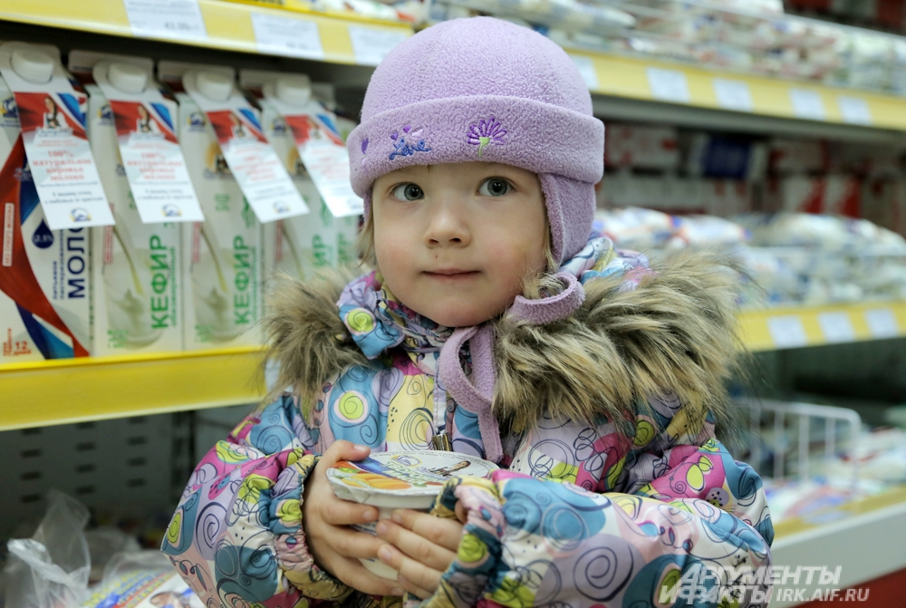 Маленькая покупательница Вика.