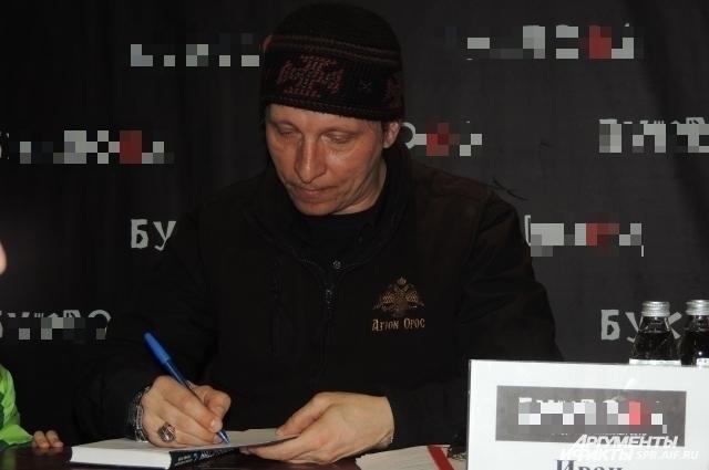 Актер раздал автографы петербургскими поклонникам.
