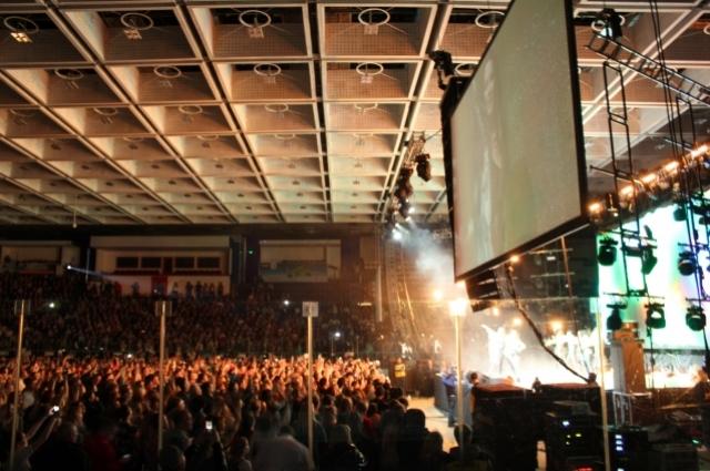 На сцене царила атмосфера энергии и драйва.