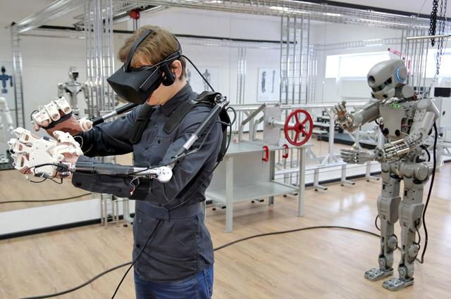 Новейшая разработка российских учёных и инженеров - человекоподобный робот Фёдор, способен пов- торять движения оператора, поднимать грузы до 10 кг и работать в условиях открытого космоса.