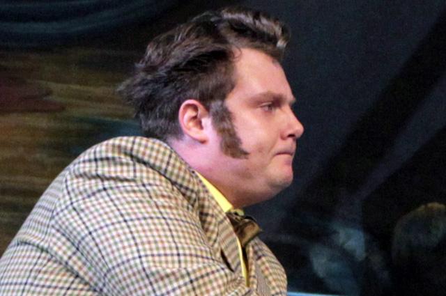 Константин Карасик в роли Артура Спендера в сцене из спектакля «Нэнси». Театр Сатиры, 2010 г.