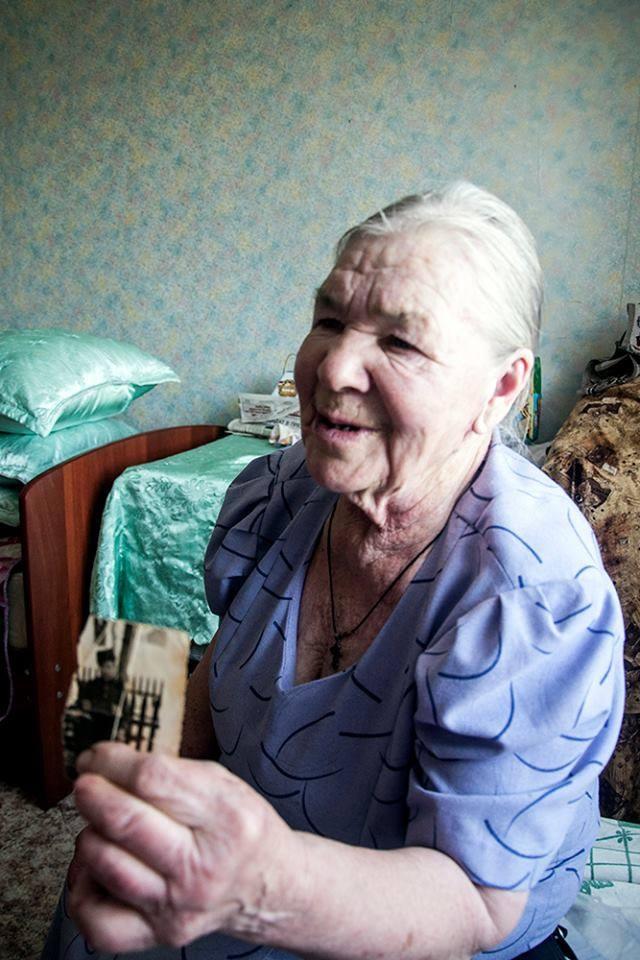Пожелтевшую фотокарточку первого мужа баба Катя бережно хранит в сундуке.