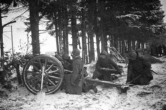 Артиллеристы ведут огонь под городом Калинин, 1941 г.