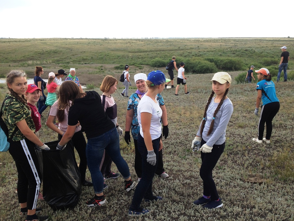 Участники проекта «Чистые родники» в один из дней провели экологический субботник, собрали и вывезли мусор с берегов реки Караталы-Аят.
