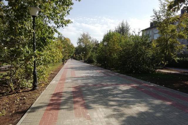 Аллея на улице Георгия Исакова в Барнауле