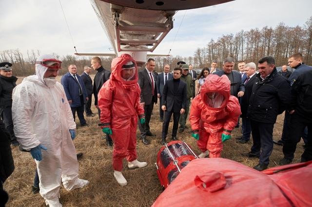 Президенту Украины Владимиру Зеленскому осматривается вертолет МЧС, специально оборудованный для перевозки инфекционных больных, в Полтавской области.