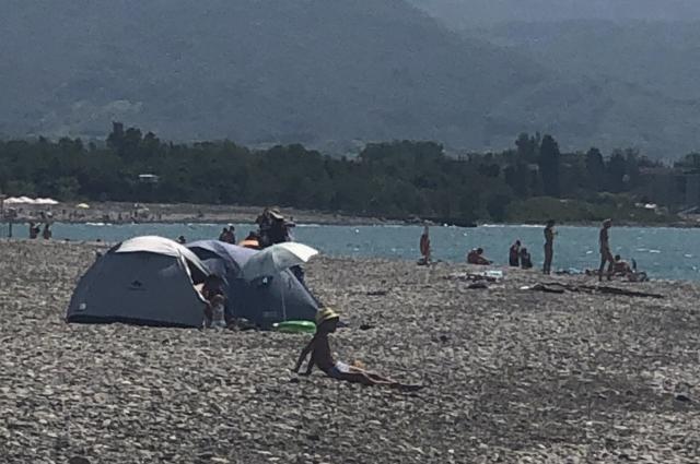 Прямо на пляже кто-то установил палатку.