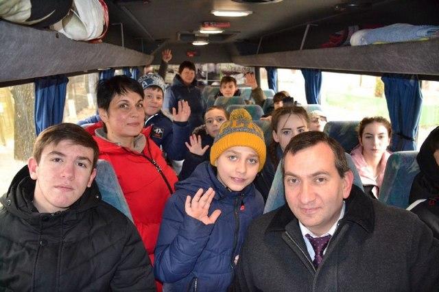 Дети, сопровождающие и Роман Амстиславский приехали из Ессентуков на каток в Пятигорск.
