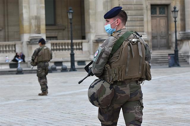 Французские солдаты патрулируют у здания суда Лувра.
