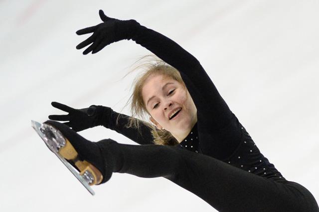 Юлия Липницкая выступает в произвольной программе женского одиночного катания на контрольных прокатах сборной России по фигурному катанию. 7 сентября 2014 г