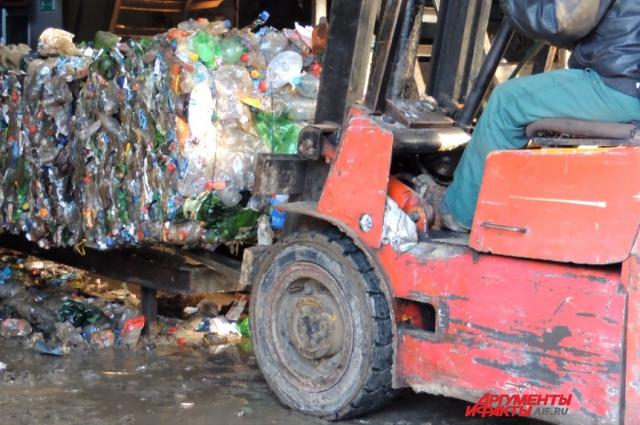 Погрузчик забирает готовые спрессованные отходы
