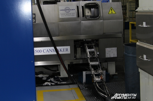 Алюминиевые банки штампуются по несколько штук в секунду